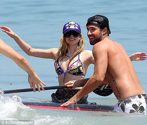 avril-lavigne-stand-up-paddle