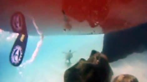 Une caméra immergée sous un sup à Hawaii