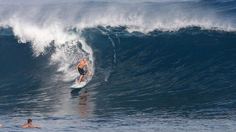 Connor Baxter dans les belles vagues de Maui, Hawaii