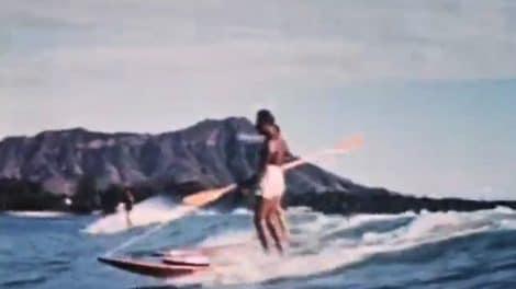 Magnifique vidéo de Duke Kahanamoku surfant avec une rame !