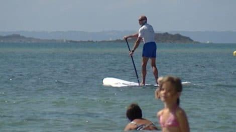 Les CRS de Saint Malot surveillent la plage en stand up paddle
