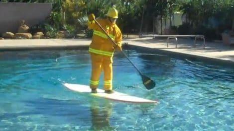Vidéo insolite, Laird Hamiltion fait du Sup en pompier !
