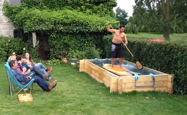 video-insolite-stand-up-paddle-jardin-piscine