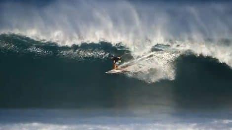 Keahi De Aboitiz surf en stand up paddle sur le North Shore