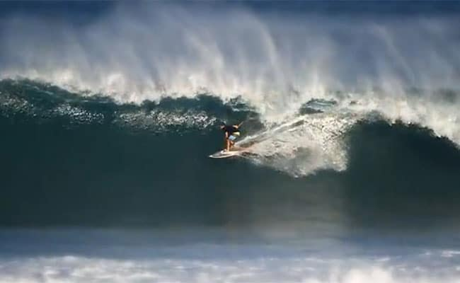 Keahi De Aboitiz surf en stand up paddle sur le North Shore