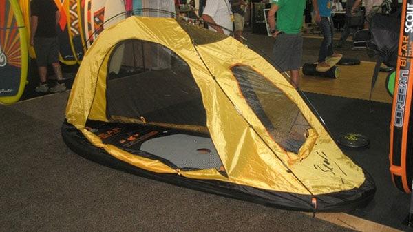 Bear Grylls développe un stand up paddle de survie !