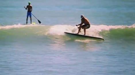 Surfer en stand up paddle sans aileron !