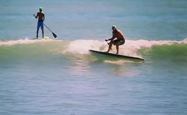 Surfer en stand up paddle sans aileron !