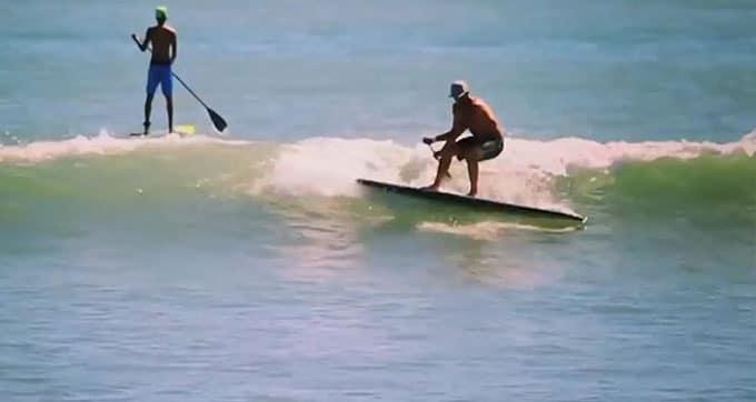 Incroyable, il surf avec un stand up paddle sans aileron !