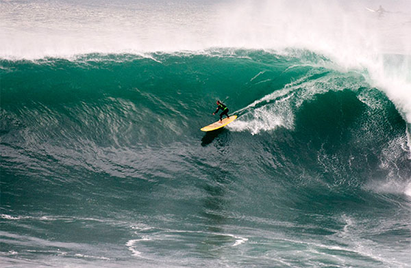 Chris Bertish surfant une vague en stand up paddle en Afrique du Sud