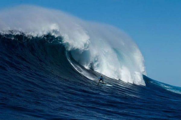 Jamie Mitchell stand up paddle à Cortes Bank, l'une des plus grosses vagues de la planète.