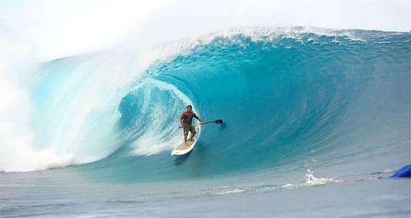 Raimana Van Bastolaer de Tahiti est affectueusement connu comme le roi de Teahupo'o en stand up paddle