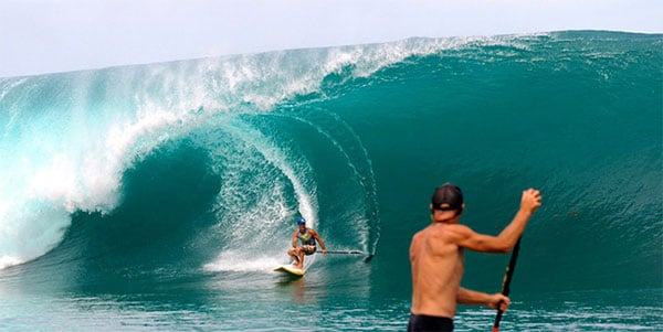 Vetea Davids urf Teahupo'o à Tahiti en stand up paddle