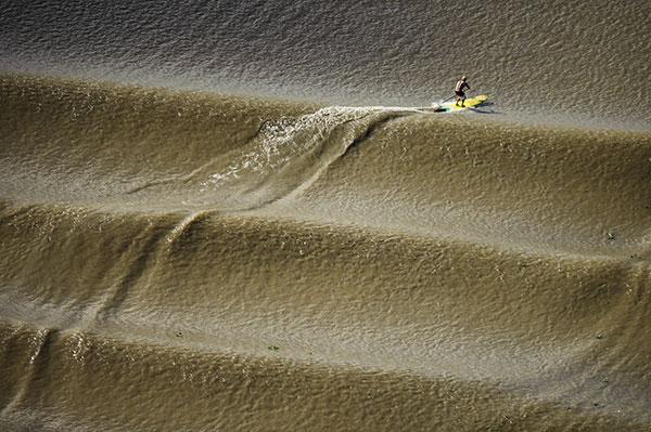 Robby Naish surfe la plus longue vague de rivière au monde