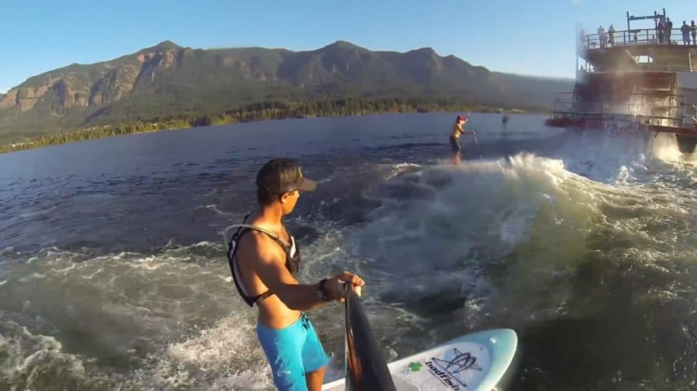 """Voilà la vidéo """"Sternwheel Surfing"""" avec Dan Gavere et Mike Tavares qui surfent la vague faite par le bateau devant eux !"""