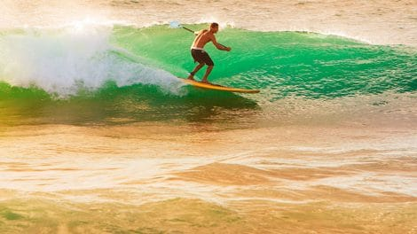 Surfer en sup sur un reef break ou un beach break, que choisir ?