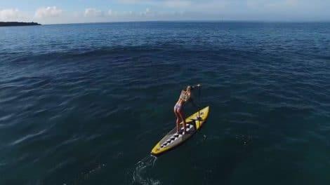 Ashley Baxter en stand up paddle à Maui