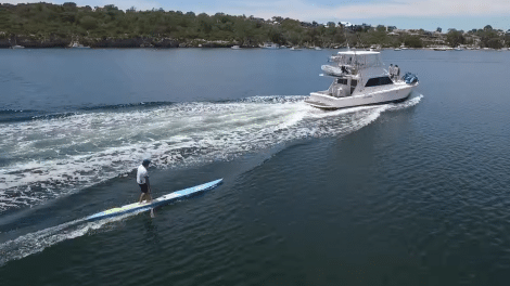 Le team NSP et Travis Grant surfent derrière un bateau
