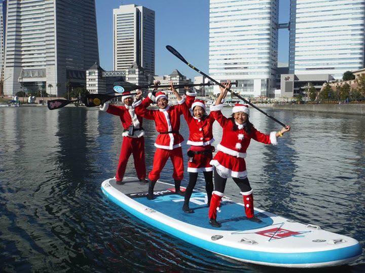 Des pères et mères Noël et des stand up paddle