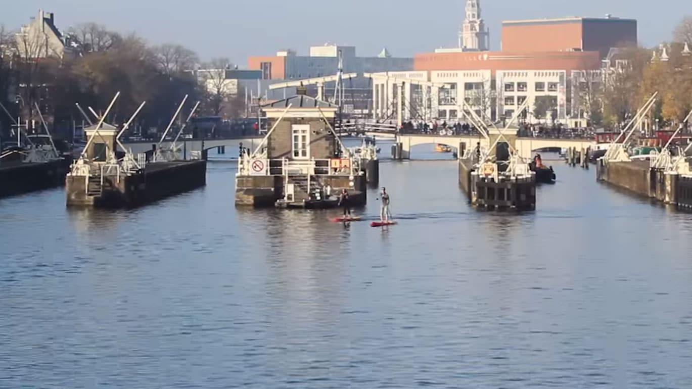 Sroka stand up paddle boarding à Amsterdam