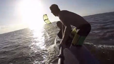 Vidéo stand up paddle propulsé par une aile de kite