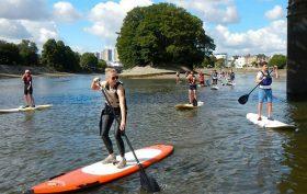 Stand up paddle sur la Tamise à Londres et nettoyage des berges