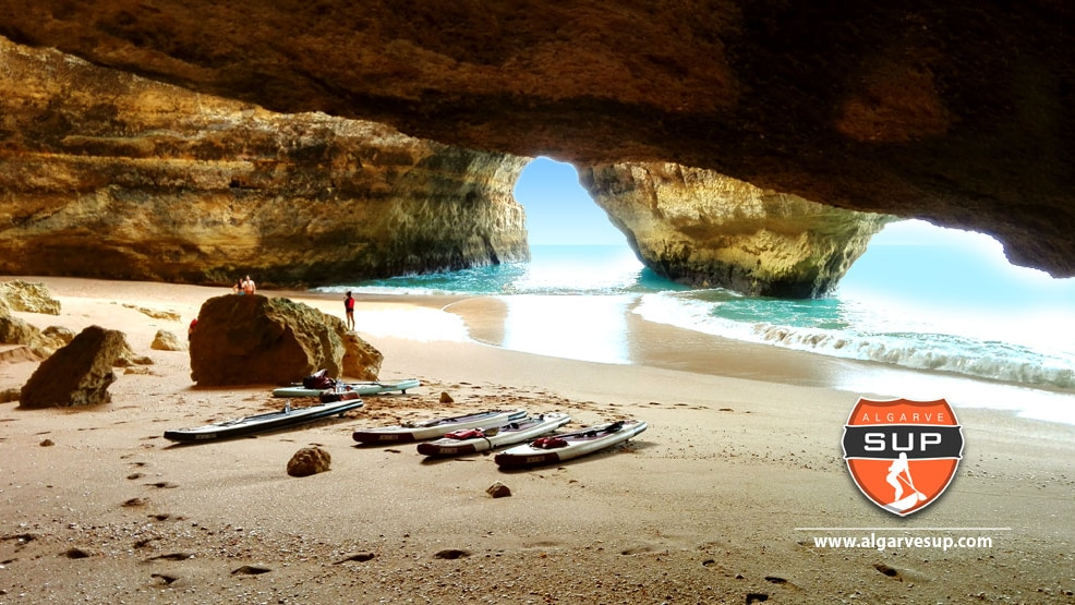 "Vidéo ""Stand up paddle boarding through algarve's legendary benagil caves"""