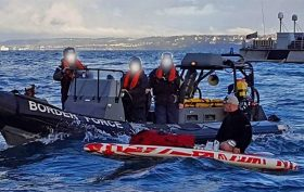 Un homme arrêté au milieu de la Manche en stand up paddle !