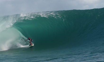 Kealii Mamala surfe Teahupoo en stand up paddle
