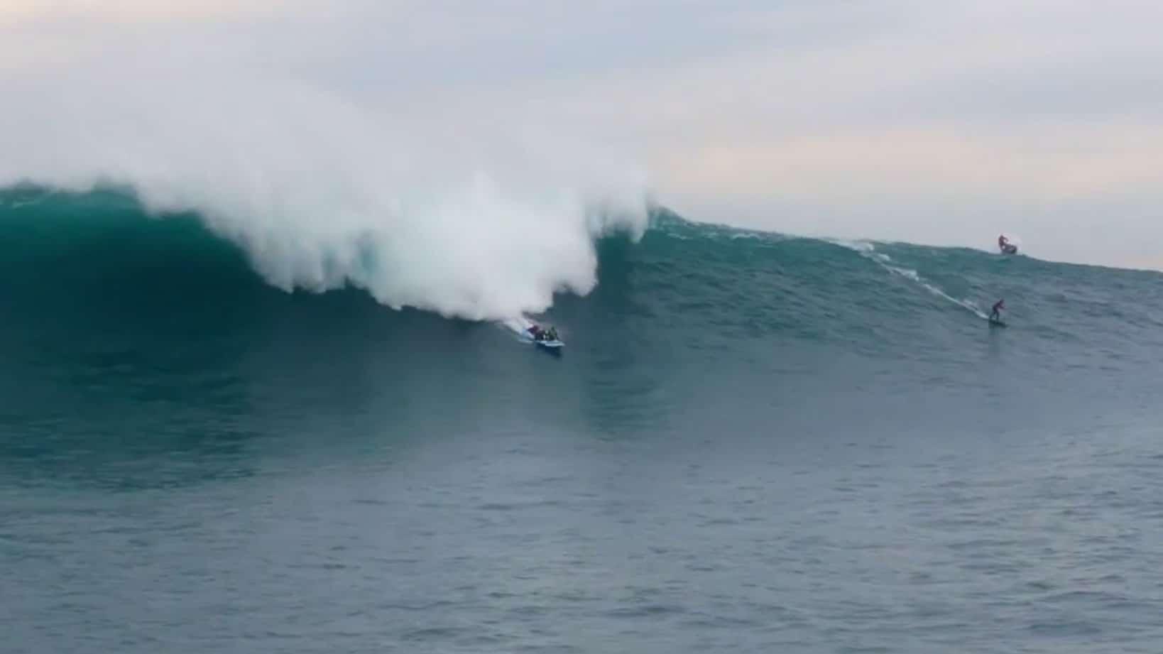 Le Goliath Sup d'Anonym surf l'énorme vague de Belharra