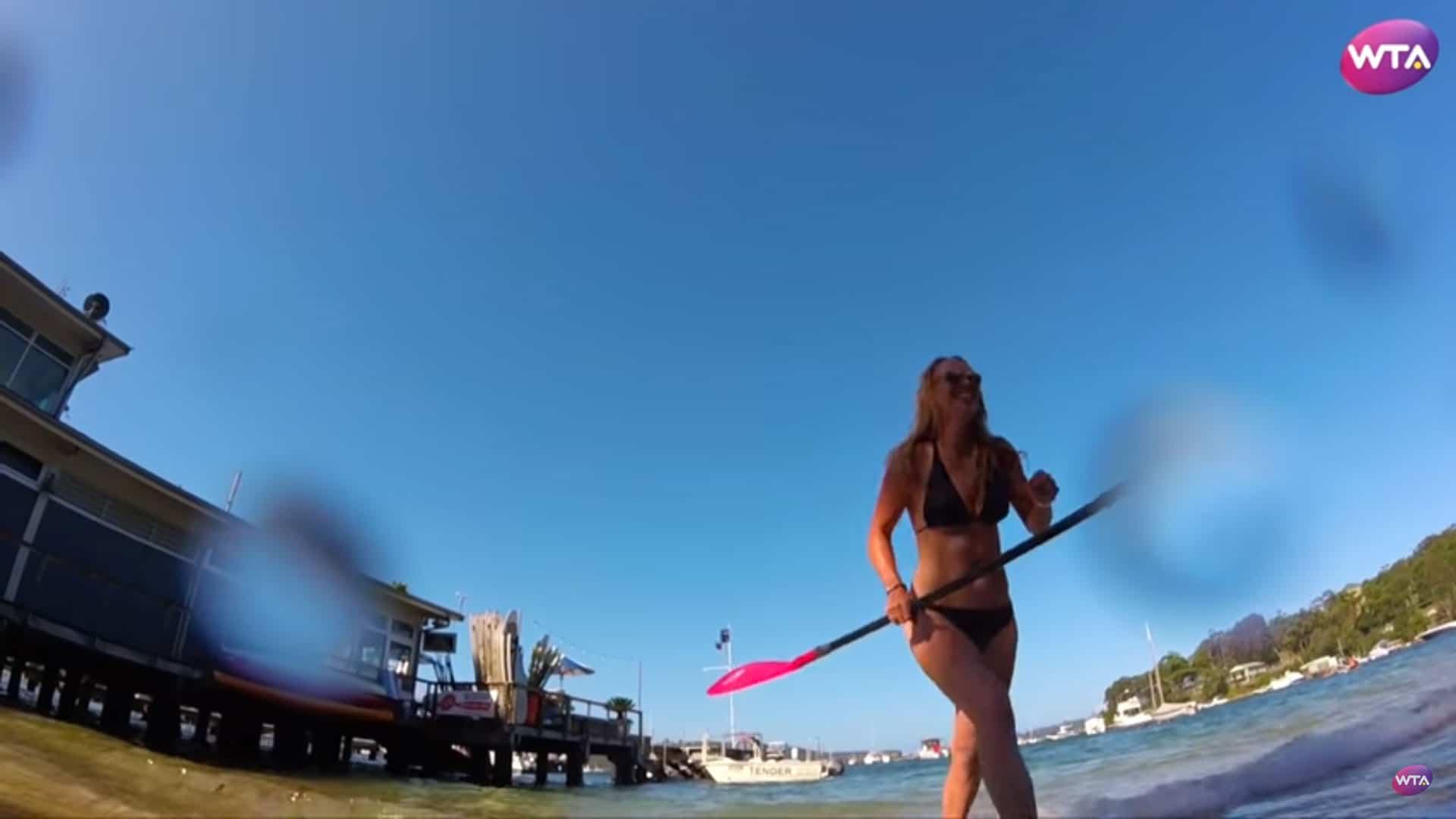 La championne de tennis Caroline Wozniacki essaye le stand up paddle