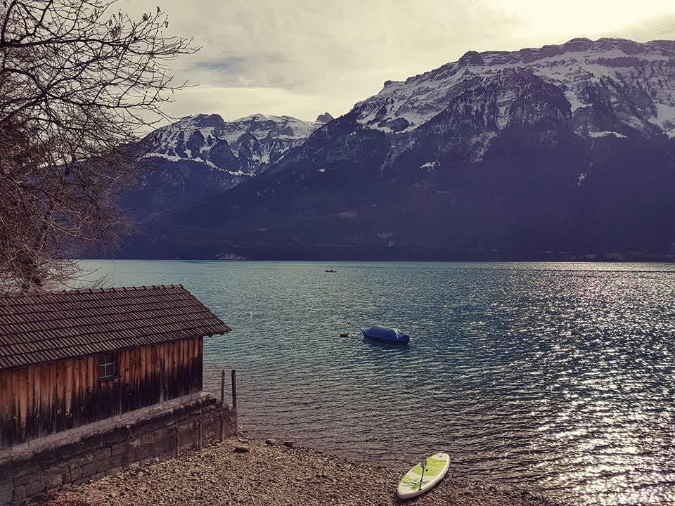 Faire du stand up paddle sur le lac de Brienz en Suisse