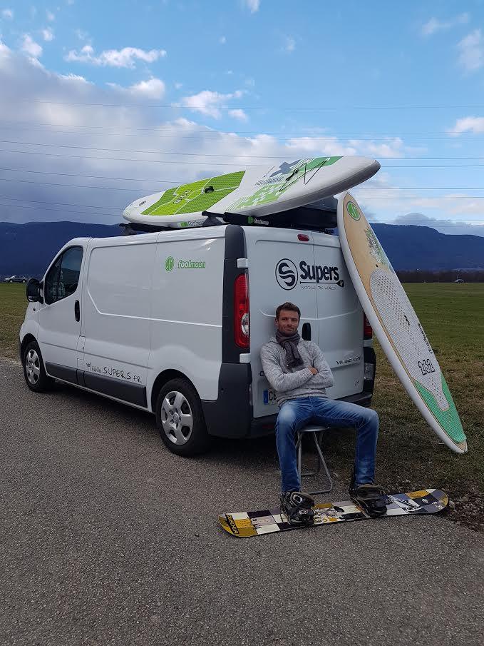 Faire du stand up paddle sur le lac de Brienz en Suisse