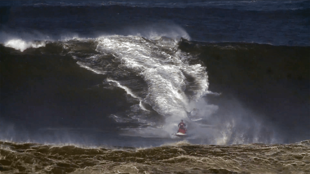 Le Big Sup d'Anonym surf la vague monstrueuse de Nazaré