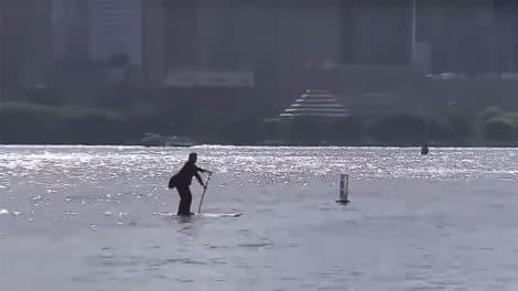 Scott Holt se rends à son travail en stand up paddle