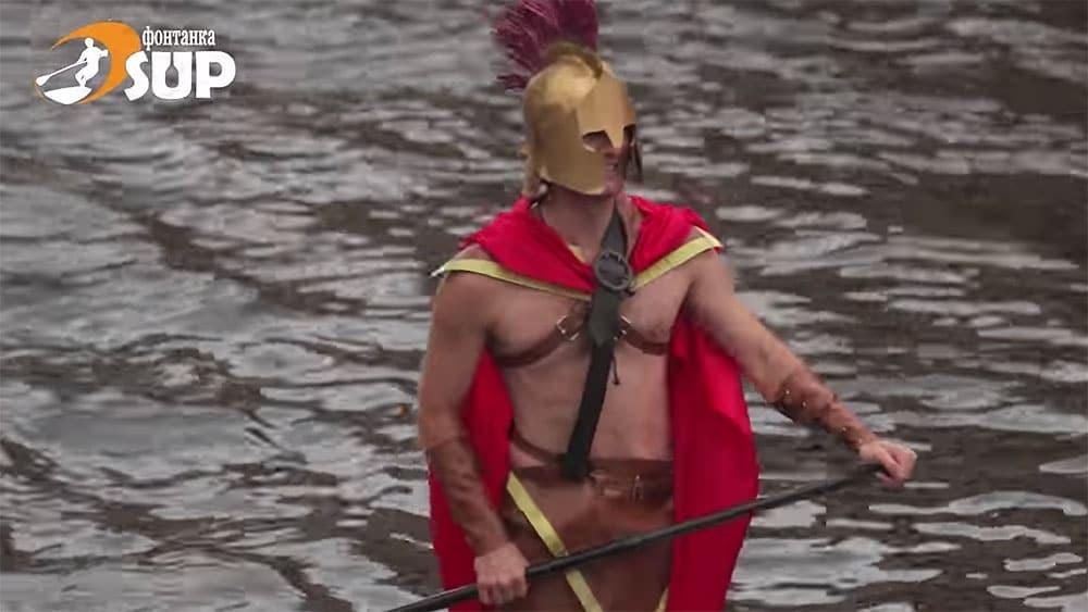 Des amateurs de sup déguisés voguent sur les canaux de Saint-Pétersbourg