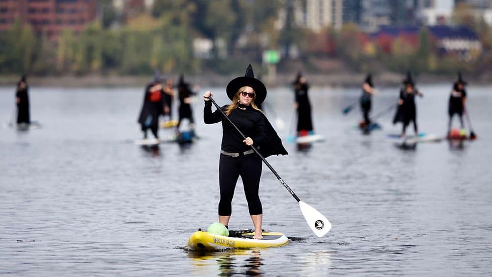 Des sorcières manient la pagaie et naviguent sur la Willamette