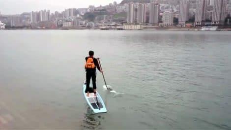 Le chinois Liu Fucao va au travail en stand up paddle