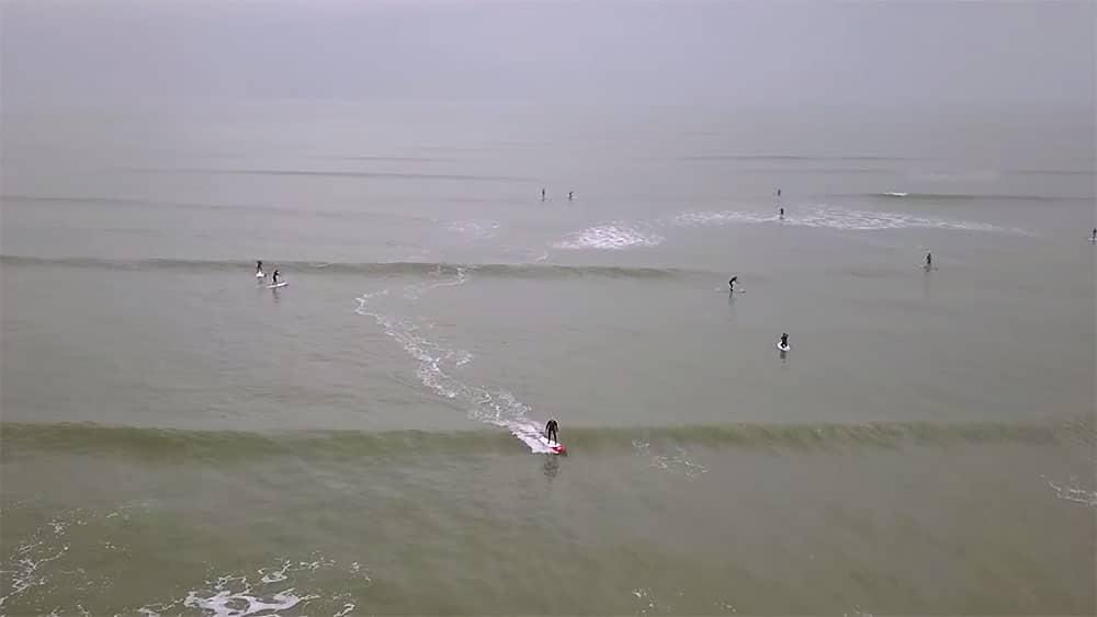 Des vagues sans fin sur l'Ile de Hayling au Royaume-Uni